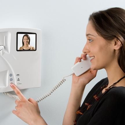Videodomofon zwiększy poczucie bezpieczeństwa Twoje oraz bliskich – i wszystko pod kontrolą!