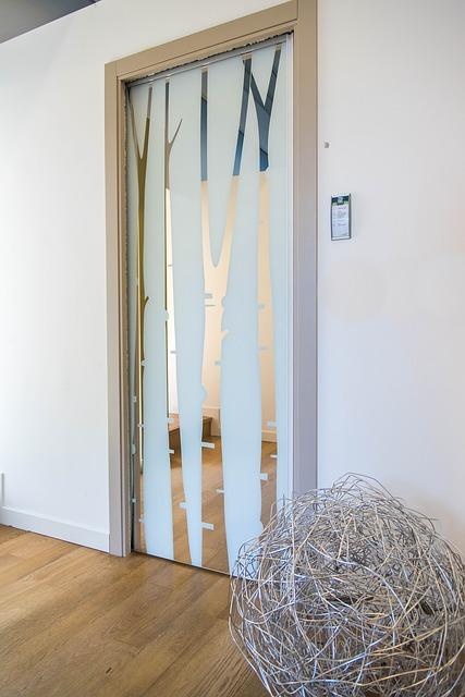 Drzwi przesuwne – sposób na efektowny podział przestrzeni