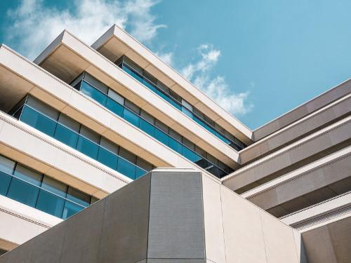 Kamień elewacyjny czy cegła klinkierowa – jaki wybrać rodzaj wykończenia zewnętrznych ścian budynku?
